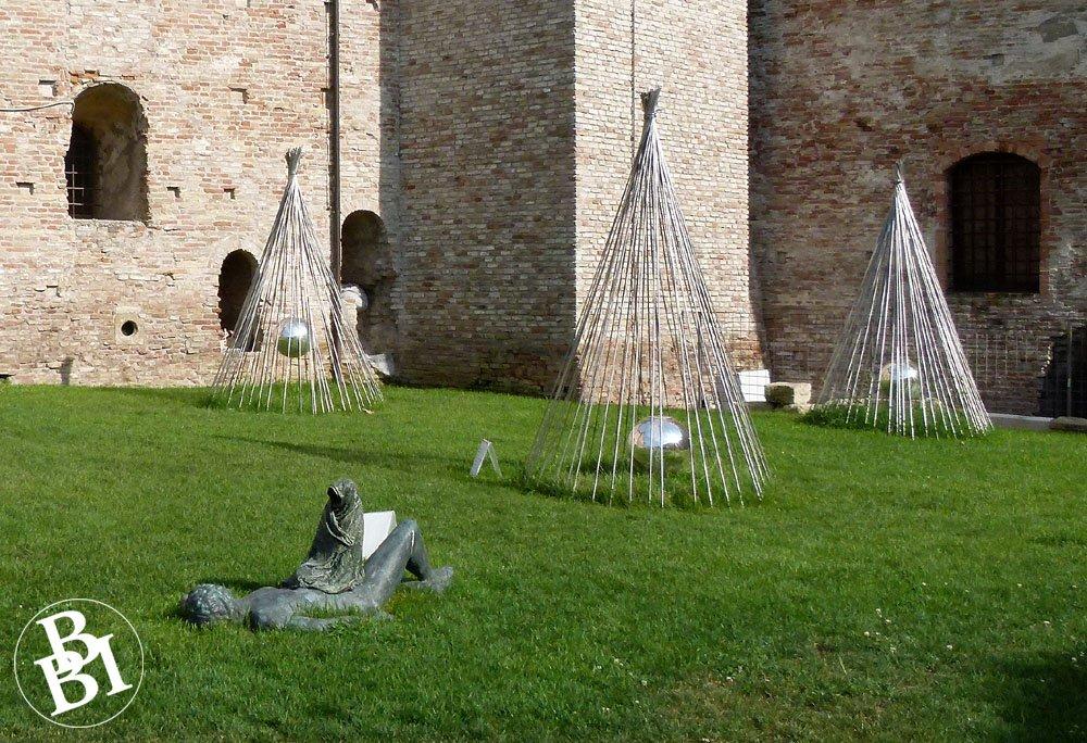Sculptures outside the Castel Sisimondo