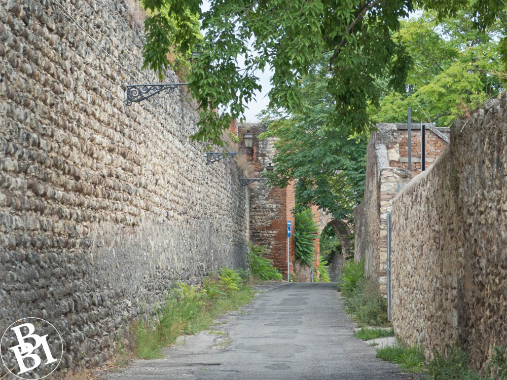 A quiet path between two stretches of wall