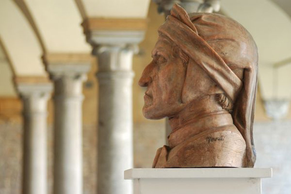 Bust of Dante in front of three pillars and archways