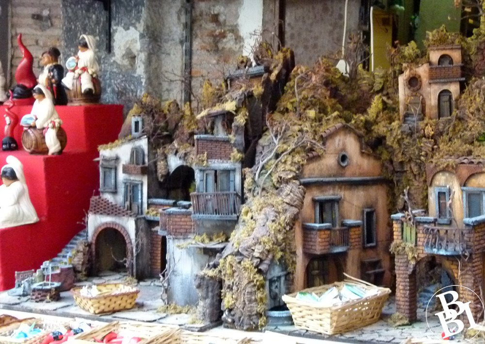 Shop window with models of buildings and people for building presepi